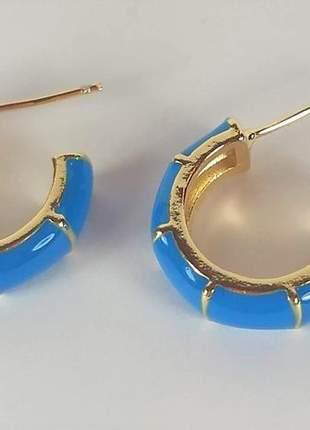 Brinco argola pequena resina esmaltada azul