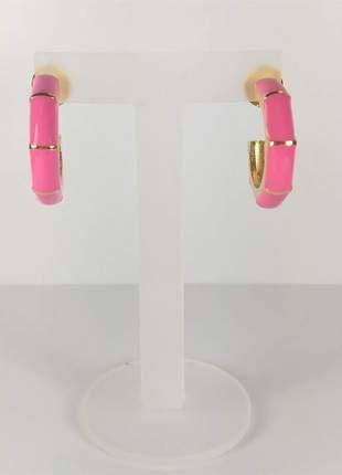 Brinco argola média resina esmaltada rosa