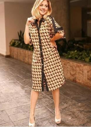 Vestido chemise estampa geométrica em tecido crepe, com passadores nos ombros.