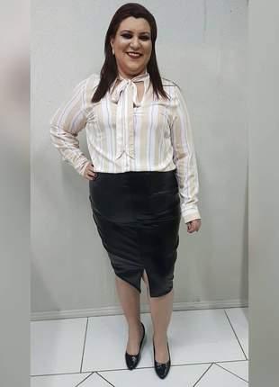 Camisa plus size, com amarração na gola