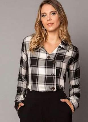 Camisa xadrez, decote v , gola dobrável em viscose. elaborada em viscose.