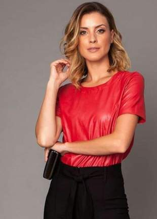 Blusa leather vermelha com gola redonda em viscose, poliéster e poliuretano.