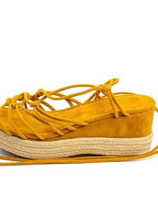Sandália anabela salto médio aberta em cordas trançadas amarrar na perna