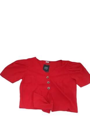 Cropped vermelhor mangas princesa com botões e ajuste laço frontal.