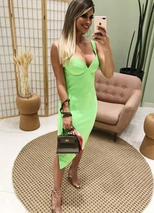 Vestido midi verde neon com fenda lateral e bojo no decote.