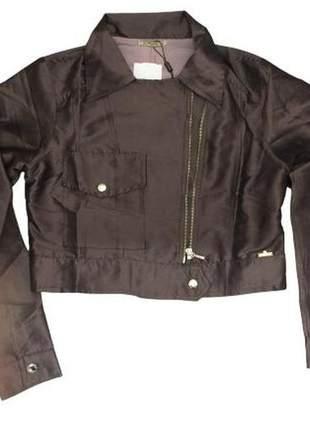 Jaqueta holográfica com forro de crepe em tecido acetinado.
