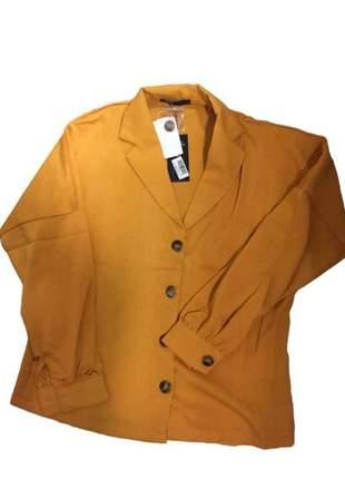 Camisa viscolinho com botões, peça elegante e sofisticada.