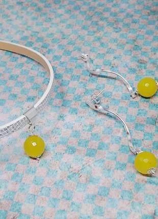 Choker e brincos prateados com cristais de jade amarelo