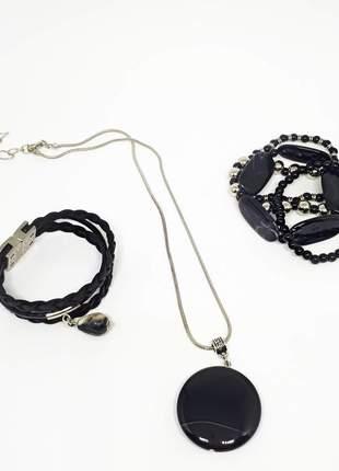 Conjunto de pulseiras pretas e colar de ágata negra