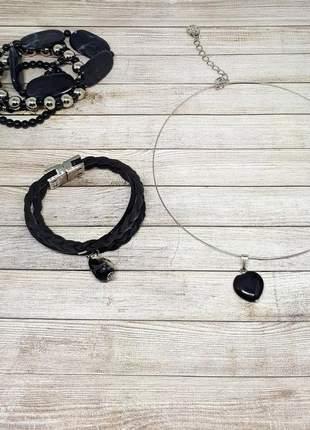 Conjunto de pulseiras pretas e colar com pingente de ágata negra natural