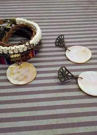 Conjunto de pulseira e brincos com madrepérola rústica