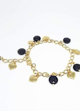 Pulseira dourada com pingentes de ágata negra e coração