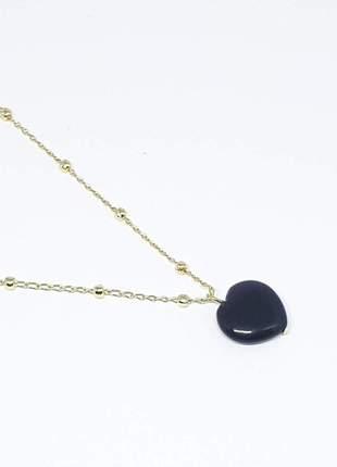 Colar corrente dourada com pingente de ágata negra coração