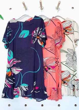 Vestido bata babado na barra com mangas fluídas, estampa floral e folhas.