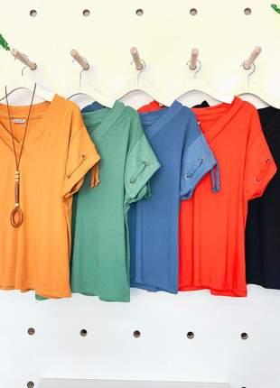 Blusa colors summer confeccionada em malha, soltinha, decote v e detalhe no acabamento.