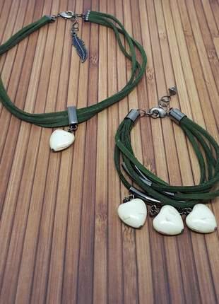 Conjunto colar e pulseira com corações de howlita beje