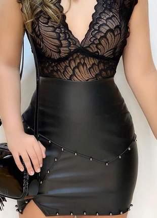 Saia couro fake com detalhes em pérolas negras