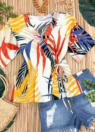 Blusa bata folhas e folhagens com cores vibrantes e alegres transpassada com amarração.