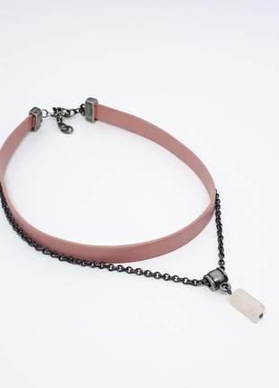 Choker com couro e corrente grafite e pingente de quartzo rosa