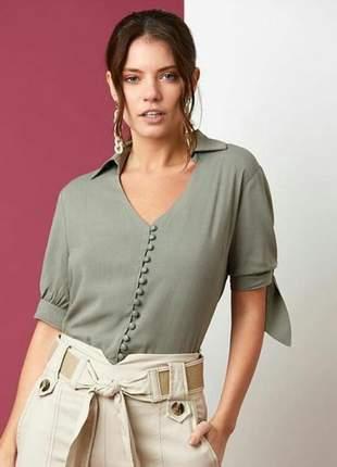 Blusa romântica e delicada em viscose com fechamento em botões, decote v.
