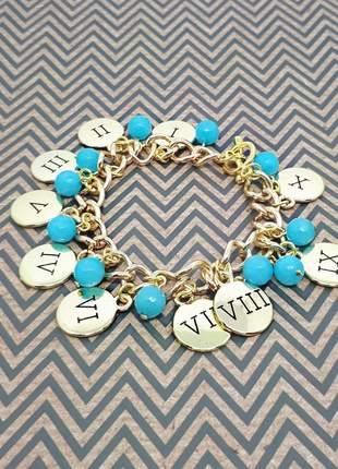 Pulseira dourada com pingente dos 10 mandamentos e cristais de jade azul