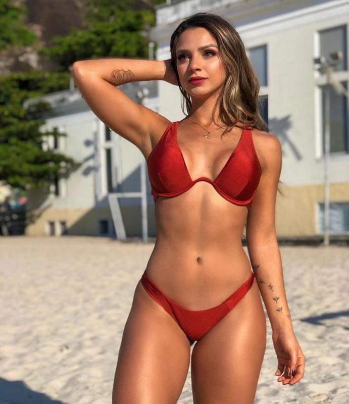 Le haut de bikini est un cerceau et string culotte deltaplane fait de tissu de satin.