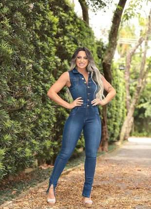 Macacão jeans com fenda na barra