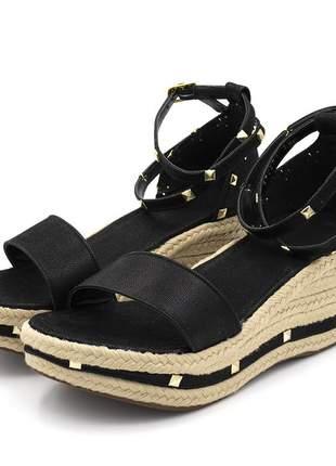 Sandália anabela salto medio com metais spikes em nobucado preto