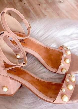 Sandália salto bloco baixo com pérolas
