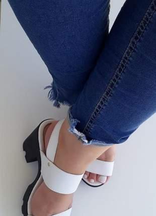 Sandália tratorada branca plataforma salto alto grosso