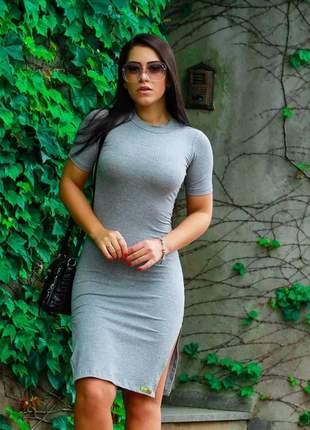 Vestido canelado com fenda na lateral