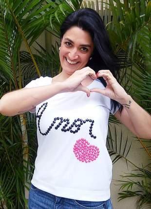 Camiseta amor bordada à mão.