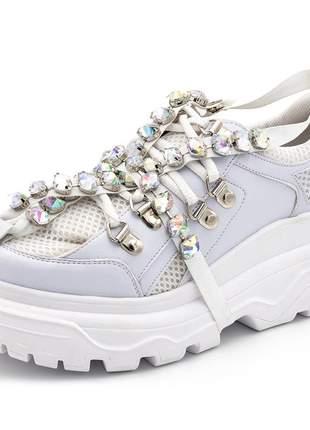 Tênis sneakers chuncky recortes napa branca detalhes predas strass