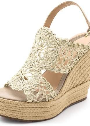 Sandália  feminina salto alto em camurça taupe com detalhes em renda
