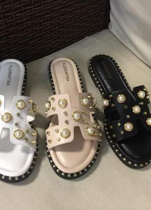 Sandália rasteira h em couro com pérolas e aplicações.
