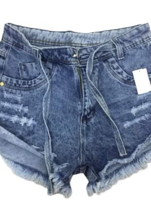 Shorts jeans cavado lavagem destroyed desfiado.
