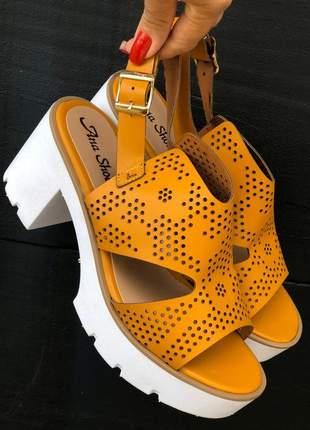 Sandália tratorada amarela