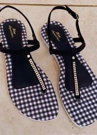 Sandália rasteirinha flat preta strass xadrez tratorada