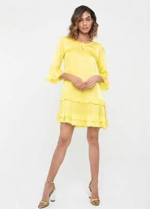 Vestido amarelo com babado traços delicados em seda.