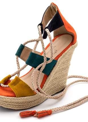 Sandalia anabela colorida em laranja verde e caramelo amarrar na perna