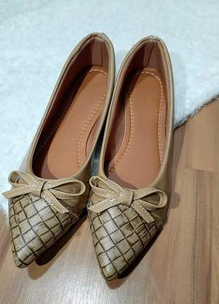 Linda sapatilha de bico fino verniz marron