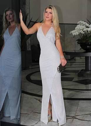 Vestido longo branco prateado com fenda frontal e alcinhas finas.