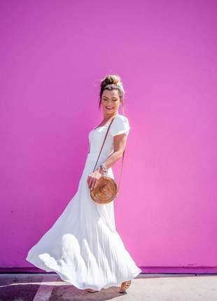 Vestido longo branco plissado em crepe estilo princesa com detalhe abertura frontal.