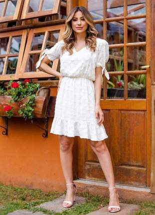 Vestido branco fluído com babado na barra e detalhe laço nas mangas.