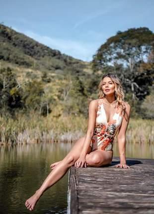 Body nude estampa floral com decote v e detalhe vazado com botões frontal.