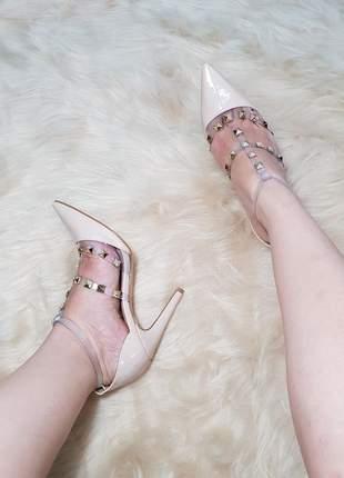 Sapato scarpin valentino spikes nude courino social evangelica detalhe vinil transparente
