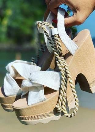 Sandália tratorada levíssima branca amadeirada