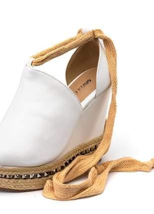 Sandália anabela salto alto branca detalhe prata amarrar na perna