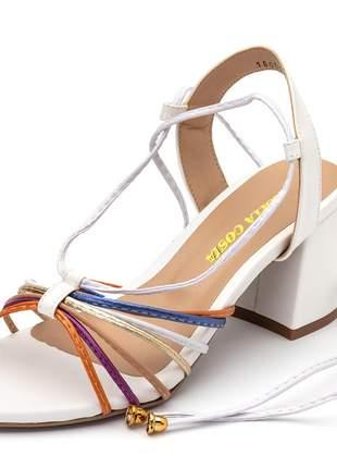 Sandália salto baixo grosso em napa branca detalhes coloridos