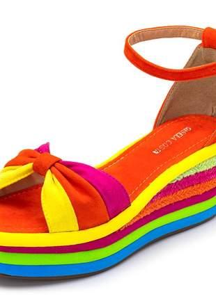 Sandália anabela salto baixo em camurça colorida fivela